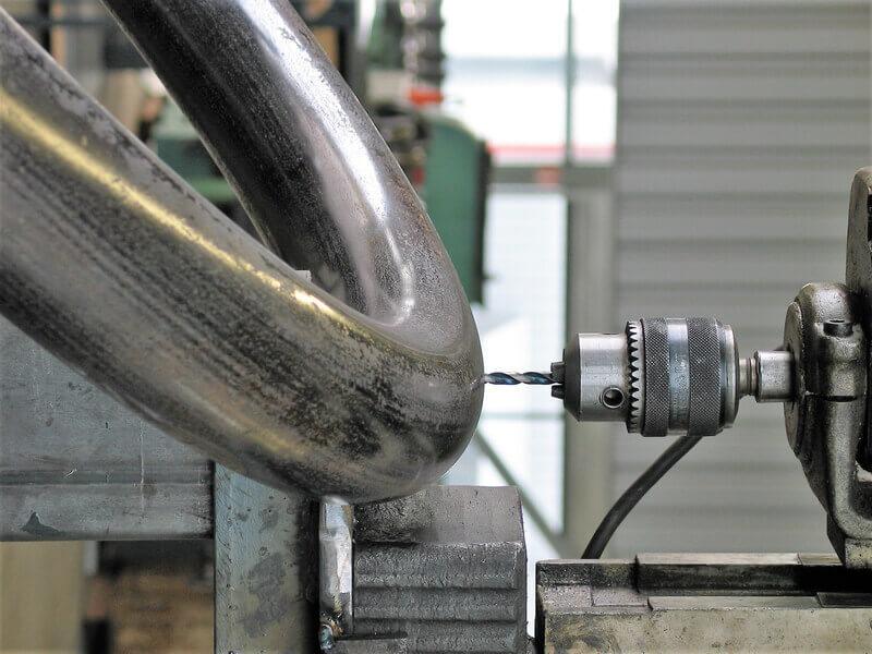 Bohren und Ausklinken von gebogenen Rohren